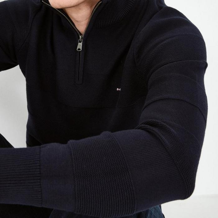 Pull zippé en coton à rayures texturées.